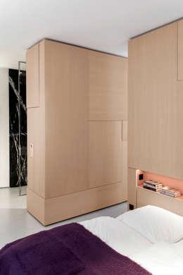 Wohnung MM: minimalistische Schlafzimmer von BATEK ARCHITECTS / ESTER BRUZKUS ARCHITECTS