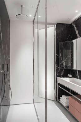 Wohnung MM: minimalistische Badezimmer von BATEK ARCHITECTS / ESTER BRUZKUS ARCHITECTS