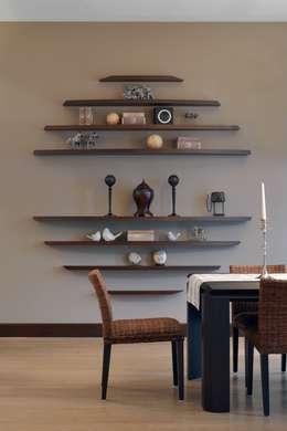 Загородный дом в современном стиле: Столовые комнаты в . Автор – ANIMA