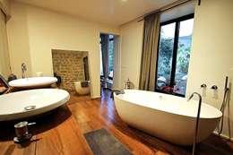Transformation ferronnerie en Loft/maison de ville: Salle de bains de style  par Selig & Renault