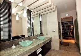 Baños de estilo moderno por AMEC ARQUITECTURA