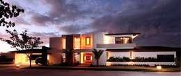 Casas de estilo moderno por AMEC ARQUITECTURA
