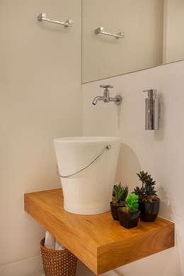 Cobertura Duplex Edificio Mandarim - Condomínio Peninsula: Banheiros modernos por Cadore Arquitetura