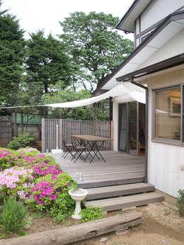 タープのかけられたウッドデッキ: 大庭建築設計事務所が手掛けたベランダです。