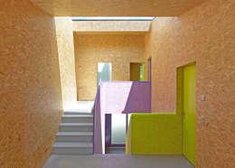 MMR _ maison à réchy: Couloir et hall d'entrée de style  par évéquoz ferreira architectes