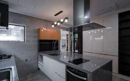 평창동주택: 유오에스건축사사무소(주)의  주방