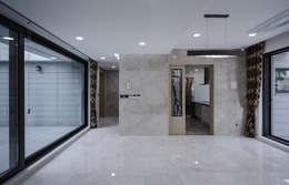평창동주택: 유오에스건축사사무소(주)의  다이닝 룸
