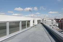 Terrazza in stile  di 仲摩邦彦建築設計事務所 / Nakama Kunihiko Architects
