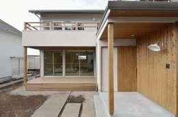 Casas de estilo moderno por アトリエdoor一級建築士事務所