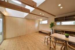 Salas de estilo moderno por アトリエdoor一級建築士事務所