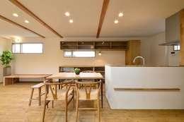 Salas de jantar modernas por アトリエdoor一級建築士事務所