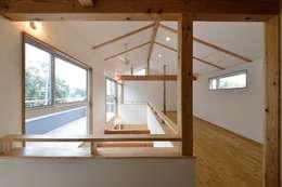 Habitaciones infantiles de estilo  por アトリエdoor一級建築士事務所