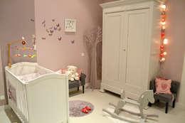 Maison L: Chambre d'enfant de style de style Classique par Courants Libres