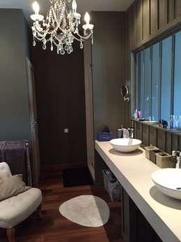 Salle de bain/dressing de la suite parentale: Salle de bain de style de style eclectique par Concept Home Setting