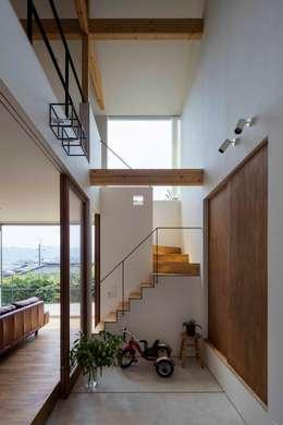生駒の家 House in Ikoma: arbolが手掛けた玄関・廊下・階段です。