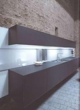 NX500 indigoblauw : minimalistische Keuken door Eiland de Wild Keukens
