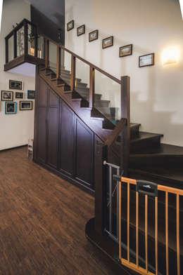 Vestíbulos, pasillos y escaleras de estilo  por Very'Wood