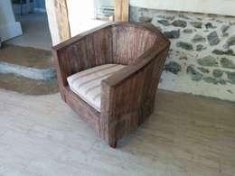 fauteuil club en palettes: Salon de style de style eclectique par boisbrut
