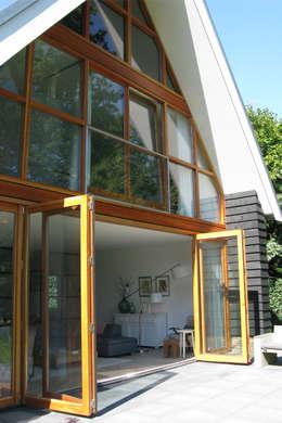 Casas de estilo ecléctico por Boks architectuur
