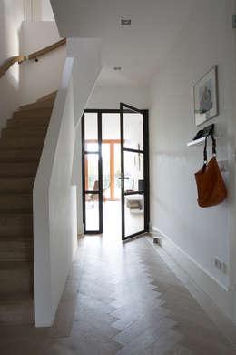 Couloir et hall d'entrée de style  par Boks architectuur