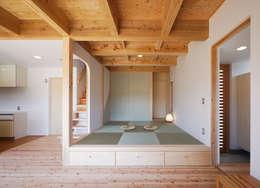 小上りの和室: 芦田成人建築設計事務所が手掛けた壁です。