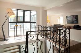 Transformation d'un duplex vétuste en appartement moderne-Paris-3e: Couloir et hall d'entrée de style  par ATELIER FB