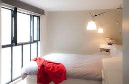 Transformation d'un duplex vétuste en appartement moderne-Paris-3e: Chambre de style de style Moderne par ATELIER FB