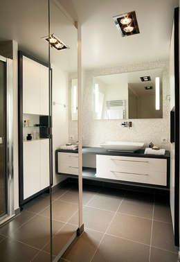 Transformation d'un duplex vétuste en appartement moderne-Paris-3e: Salle de bains de style  par ATELIER FB