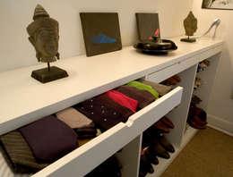 Appartement pour amateur de souliers-Paris-1e: Dressing de style de style Moderne par ATELIER FB