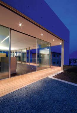 Projekty, minimalistyczne Okna i drzwi zaprojektowane przez Impronta