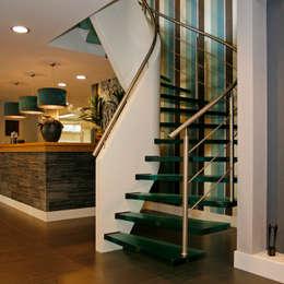 modern Corridor, hallway & stairs تنفيذ EeStairs | Stairs and balustrades