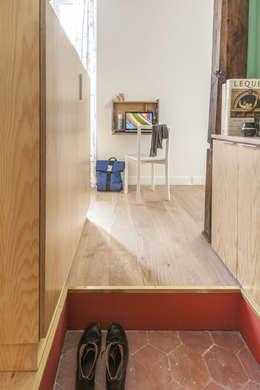 deux pièces: Couloir et hall d'entrée de style  par goodnova godiniaux