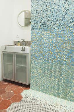 deux pièces: Salle de bains de style  par goodnova godiniaux