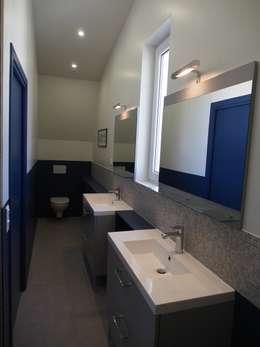 salle de bain parentale: Salle de bains de style  par agence MGA architecte DPLG