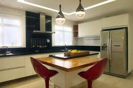 Cocinas de estilo moderno por Lucia Navajas -Arquitetura & Interiores
