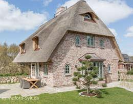 Projekty, wiejskie Domy zaprojektowane przez Immofoto-Sylt