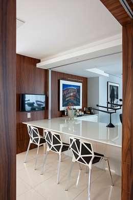 Edifício Maison Karine: Cozinhas modernas por Rodrigo Maia Arquitetura + Design