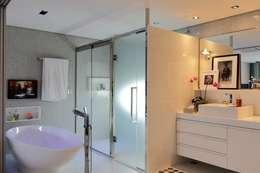 Edifício Maison Karine: Banheiros modernos por Rodrigo Maia Arquitetura + Design