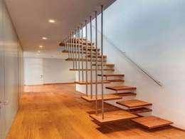 Pasillos y vestíbulos de estilo  por Masif Panel Çözümleri - Serender Ahşap Dekorasyon