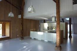 Verbouw boerderij te Haskerhorne: moderne Woonkamer door Dorenbos Architekten bv
