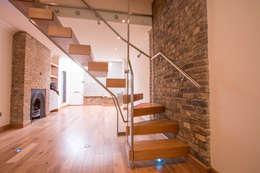 Pasillos y recibidores de estilo  por Railing London Ltd