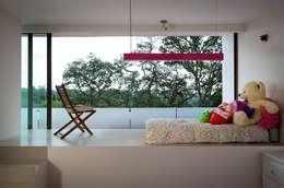 P& B : Recámaras de estilo moderno por Micheas Arquitectos