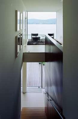 Pasillos y recibidores de estilo  por Arkan Zeytinoglu Architects