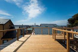 ルーフバルコニーからは葉山の海眺望: エンジョイワークスが手掛けたバルコニー&テラスです。