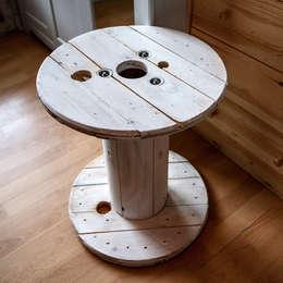 Touret table basse en bois blanc patiné: Salon de style de style Industriel par Artodeco