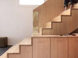 Pasillos y recibidores de estilo  por nimmrichter architekten ETH SIA AG