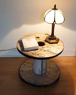 Petit touret en bois rénové: Salon de style de style Industriel par Artodeco