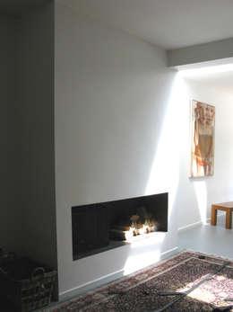 openhaard: moderne Woonkamer door Boks architectuur