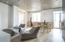 Salas de estilo ecléctico por INT2architecture