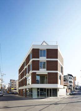따뜻한 벽돌집: 스마트건축사사무소의  주택